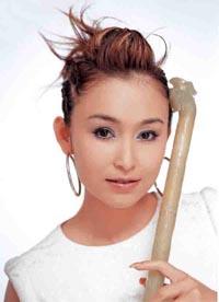 同时,其创作,演唱,演奏推出了《天上人间》,《冰糖葫芦》,《中华民谣图片